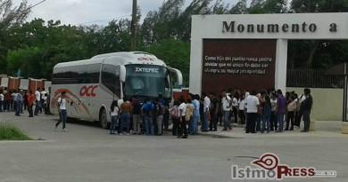 Normalistas retienen camiones de empresas en Ixtepec 2
