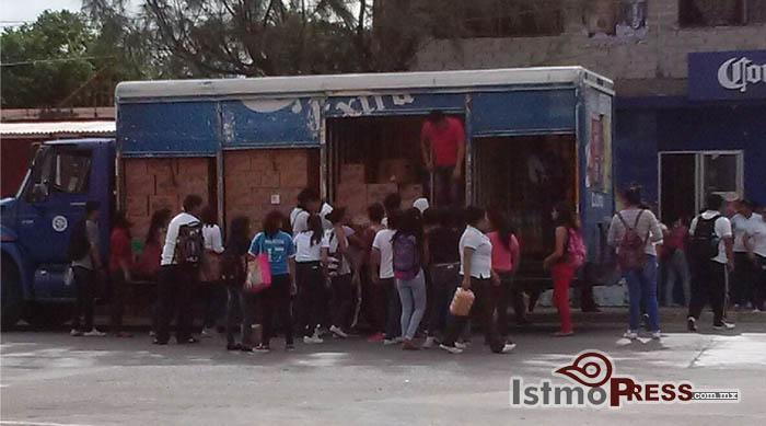 Normalistas retienen camiones de empresas en Ixtepec