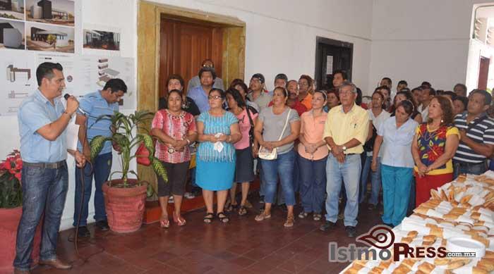 Rosa Nidia celebra la navidad con trabajadores del Ayuntamiento de Salina Cruz