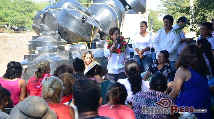 Rosa Nidia entrega Biodigestores a familias de Salina Cruz