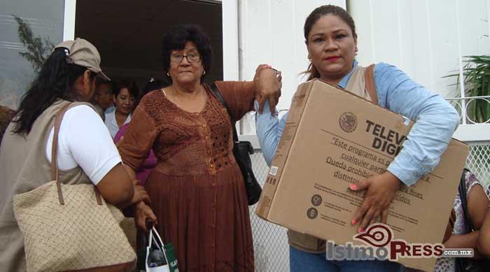 Rosa Nidia entrega pantallas digitales a las familias de Salina Cruz 2