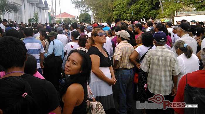 Rosa Nidia entrega pantallas digitales a las familias de Salina Cruz 3