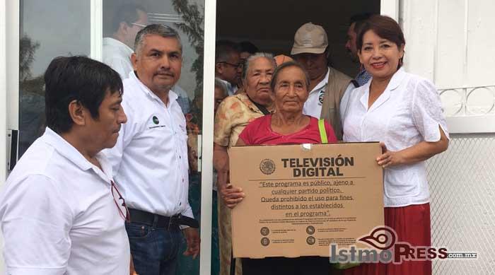 Rosa Nidia entrega pantallas digitales a las familias de Salina Cruz