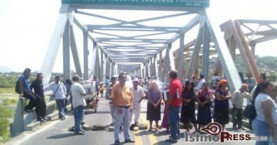 Colonos cierran paso en Puente de Tehuantepec