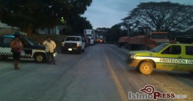 Derrame de gasolina en ducto de Pemex ocasiona cierre de carretera en Matias Romero