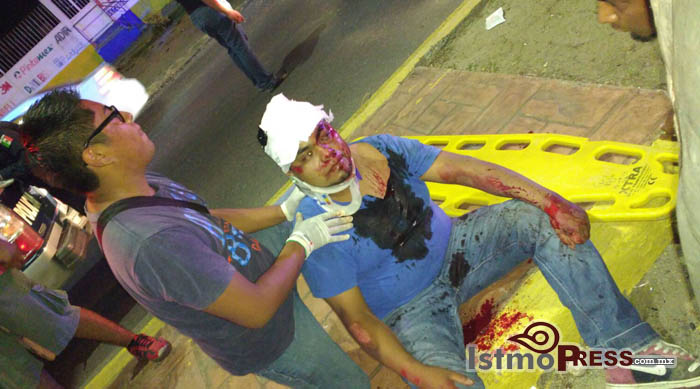Embiste camioneta a motociclista hay 3 lesionados en Salina Cruz 2
