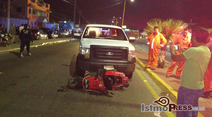 Embiste camioneta a motociclista hay 3 lesionados en Salina Cruz