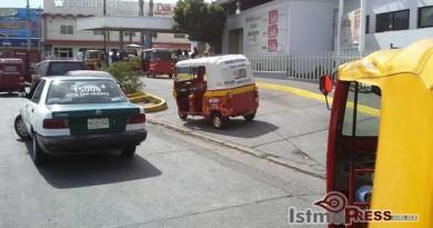 Moto taxistas toman terminal de ADO en Juchitan, impiden corridas