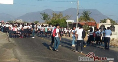 Bloquean carretera Panamericana alumnos de la preparatoria 4 en Tehuantepec