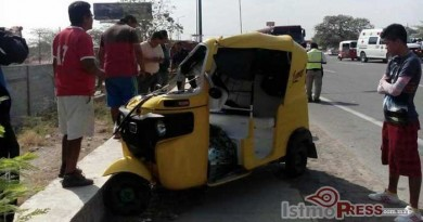 Camioneta impacta a moto taxi y deja dos lesionados en Tehuantepec