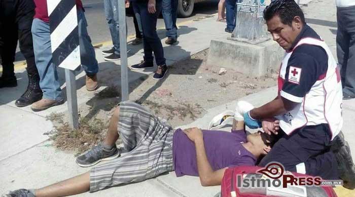 Camioneta impacta a moto taxi y deja dos lesionados en Tehuantepec2