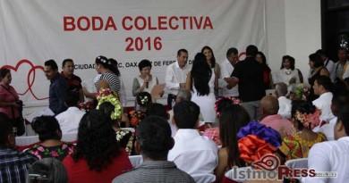 Celebran DIF boda colectiva de 63 parejas en Ixtepec2