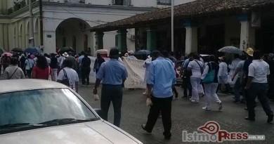 Con marcha exigen resolver demanda de medicamentos trabajadores de los SSO en Tehuantepec2