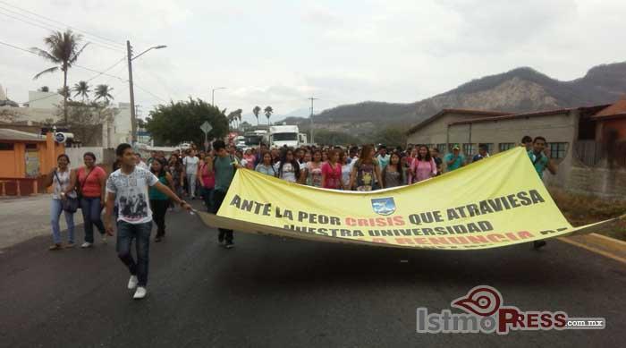 Marchan Alumnos de Prepatoria 4 y Facultad de Enfermeria en Tehuantepec