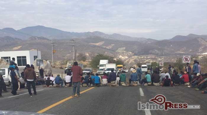 Bloquean comunidades carretera a Oaxaca