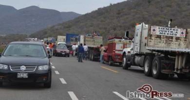 Bloquean transportistas paso a la capital de Oaxaca
