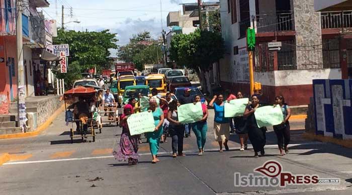 Mujeres marchan a favor de apertura de Bodega Aurrera en Juchitan