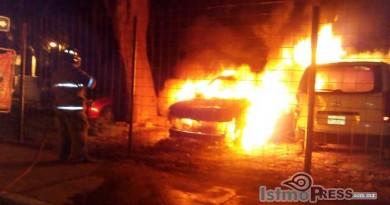 Se incendian dos camionetas en Huatulco