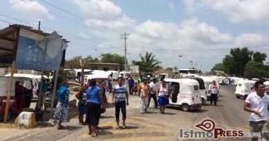 Cierran carretera Moto taxistas en Juchitan, exigen mayor seguridad