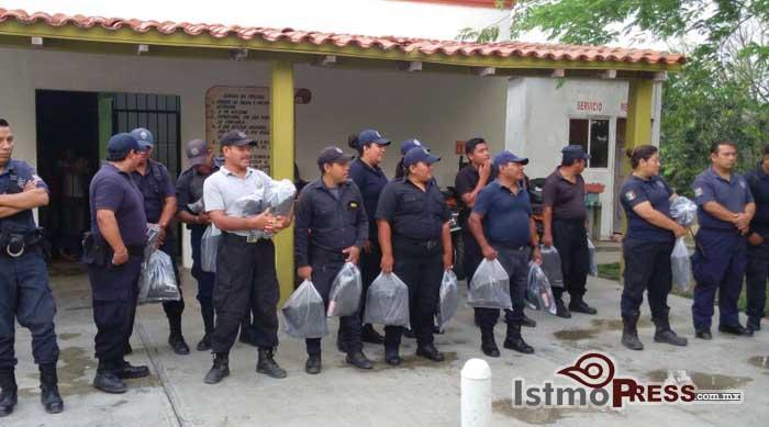 Dotan  a policías municipales de Ixtepec de uniformes