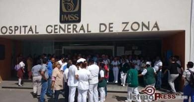 Empleados del IMSS de Salina Cruz realizan paro de brazos caídos