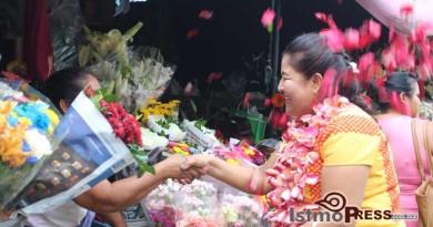 Flores, abrazos y el compromiso del voto le entregan vendedoras a Rogelia González