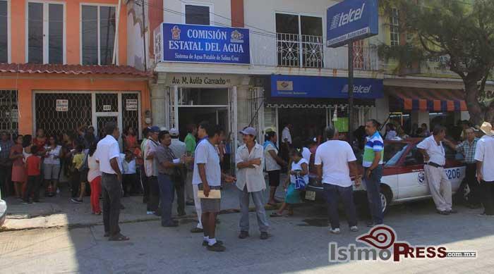 Protestan comités de colonias en oficinas del SAP en Salina Cruz