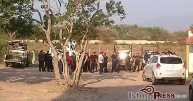 Se manifiestan policías municipales en la comandancia de Ixtepec