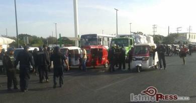 Redada contra mototaxis piratas en Juchitan