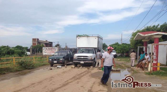 Bloqueo en entrada a Unión Hidalgo, demandan cumplimiento de obra