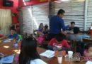 Convierten un bar en aula para clases de niños damnificados