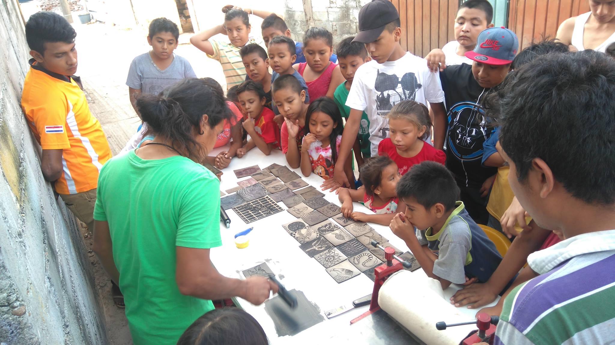 integrantes del Escuadrón Hormiguita tomando clases de arte