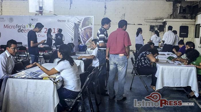 Gobierno municipal y SNE promueven el empleo en micro feria de Salina Cruz