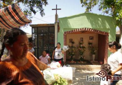 Celebran juchitecos el encuentro con la vida y la muerte en panteón Domingo de Ramos