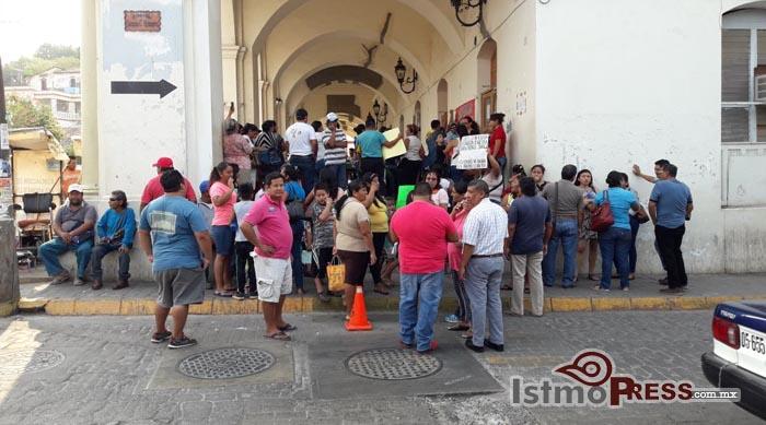 Con toma de oficinas exigen rehabilitación de escuelas dañadas por el terremoto en Tehuantepec