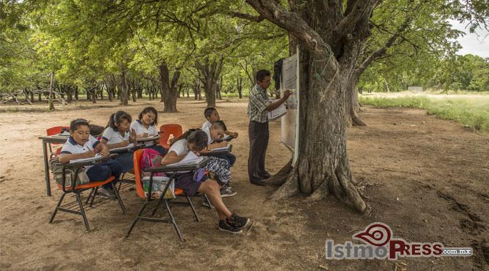 Toman clases en la intemperie , la reconstrucción de escuelas es lenta en el Istmo de Tehuantepec