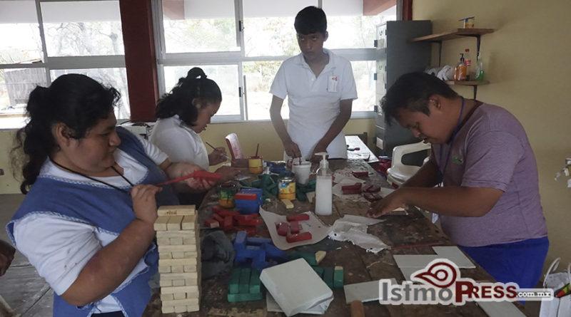 Personas con discapacida construyen juguetes didácticos para autoemplearse