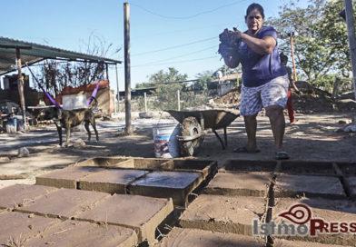 Francisca reconstruye su vivienda con sus manos y alma