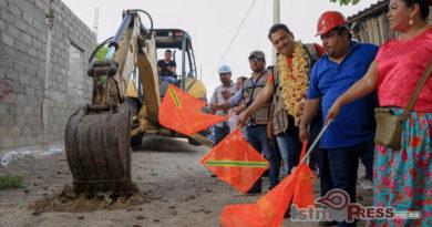 Ayuntamiento juchiteco inicia pavimentación en la colonia San Vicente