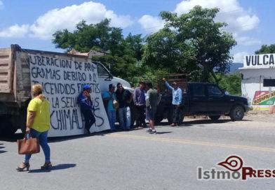 Pobladores zoques del Istmo bloquean carretera para exigir apoyos tras incendios forestales