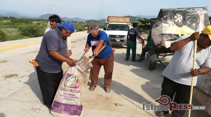 """Ayuntamiento Municipal de San Blas Atempa realiza limpieza del libramiento """"Bordo Nuevo"""""""