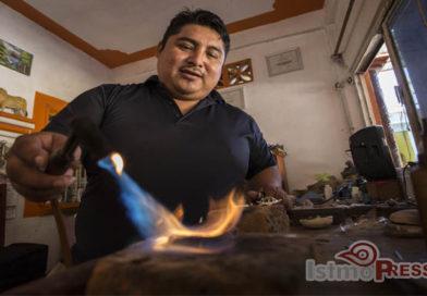 Cándido Santiago Esteva, el artista que conserva y promueve el arte de la filigrana en Oaxaca