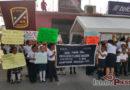 Estudiantes protestan en desfile cívico por la reconstrucción de escuelas