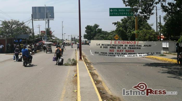 Sección 22 bloquea vías en Oaxaca; exige reconstrucción de escuelas