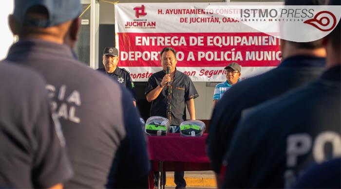 04 Mar EM entrega uniformes policias municipales