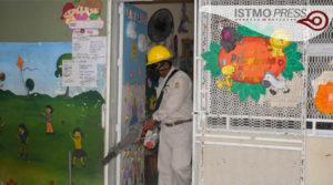17 Abr Fumigan escuelas de Juchitán para prevenir dengue, zika y chikungunya2