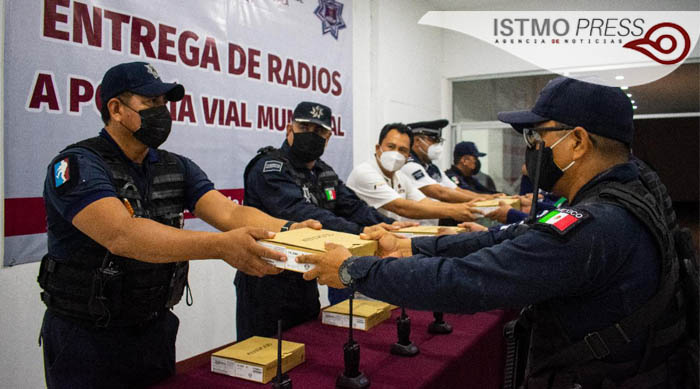 Entrega Emilio Montero radios portátiles a policía municipal