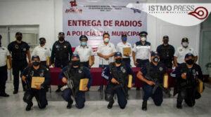 Entrega Emilio Montero radios portátiles a policía municipal1