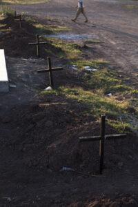 Foto 11. Las fiscalías han delegado obligaciones sobre los cadáveres, entre ellos inhumar en fosas comunes. Crédito_ Luis Brito