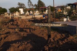 Foto 4. Los cuerpos de personas no identificadas han sido enviadas a fosas comunes de panteones municipales en Sinaloa. Crédito_ Luis Brito